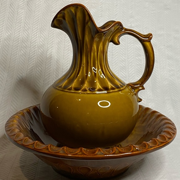 McCoy #7530 pitcher and wash bowl.